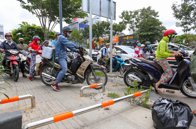 Nhiều đường quanh sân bay Tân Sơn Nhất lại kẹt xe từ sáng đến trưa - ảnh 8