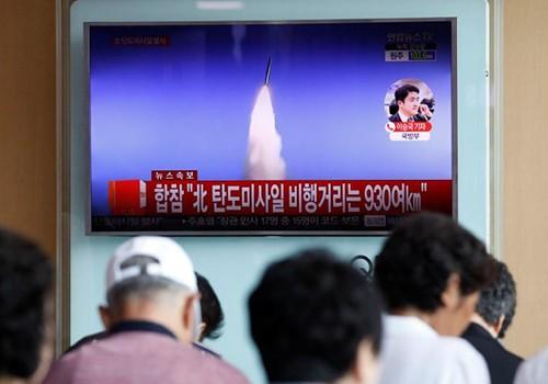 Người dân tại một sân ga ở thủ đô Seoul, Hàn Quốcxem tin tức qua TV về vụ phóng thử tên lửa đạn đạo của Triều Tiênvào ngày 4/7. Ảnh:Reuters.