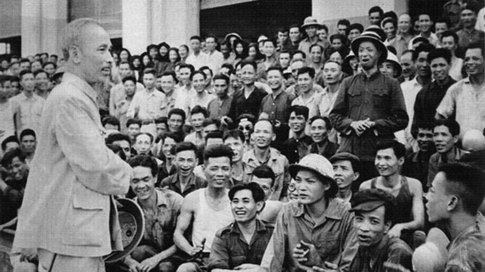 Chủ tịch Hồ Chí Minh thăm cán bộ, công nhân Nhà máy Xe lửa Gia Lâm (Hà Nội) ngày 19/5/1955