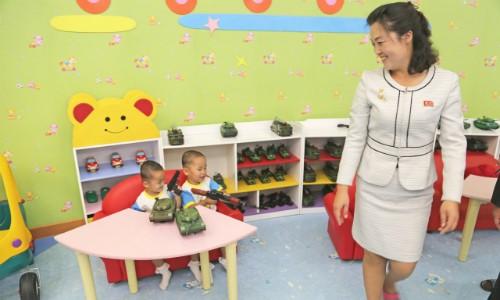 Tham vọng hạt nhân và tên lửa phủ bóng đời sống dân thường Triều Tiên - ảnh 1