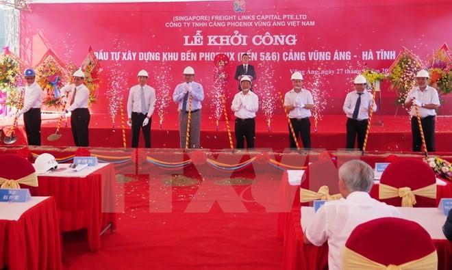 Các đại biểu tham dự lễ động thổ khởi công dự án. (Ảnh: Phan Quân/TTXVN)
