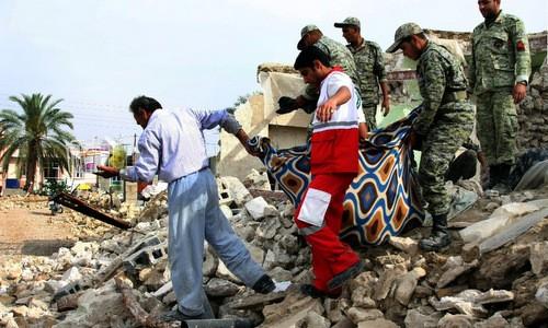 Binh sĩ Iran giúp người dân sau trận động đất. Ảnh:AFP.