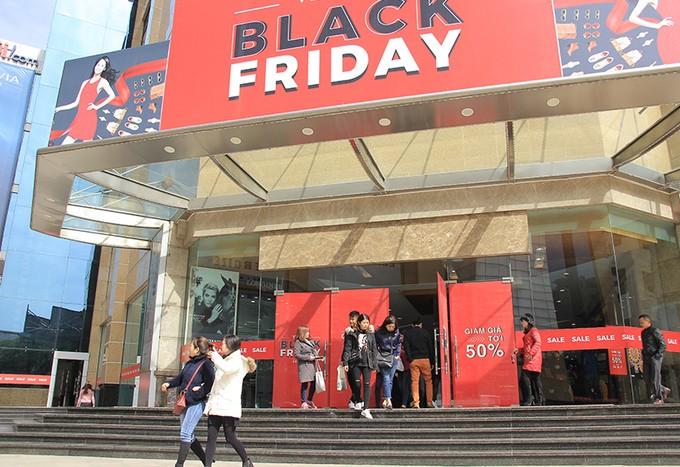 Dân công sở 'đội' rét săn hàng hiệu giảm giá dịp Black Friday - ảnh 1