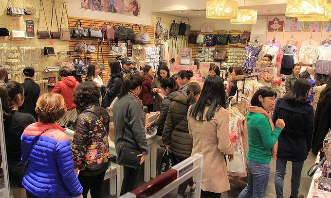 Dân công sở 'đội' rét săn hàng hiệu giảm giá dịp Black Friday - ảnh 8
