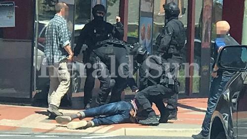 Cảnh sát đặc nhiệm Australia bắt nghi can 20 tuổi. Ảnh:Herald Sun.
