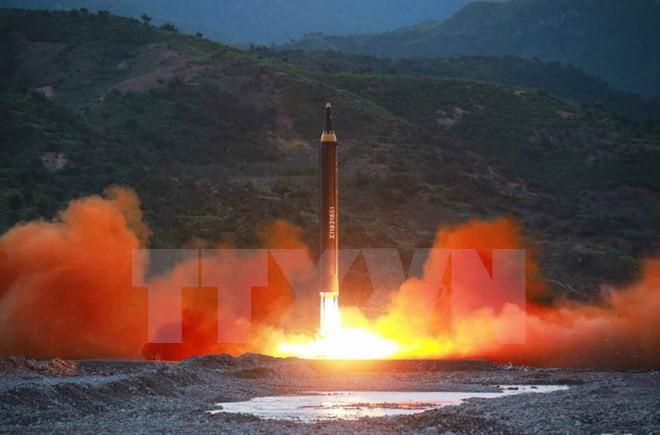 Triều Tiên phóng thử thành công tên lửa đạn đạo đất đối đất Hwasong-12 ngày 14/5. (Nguồn: YONHAP/TTXVN)