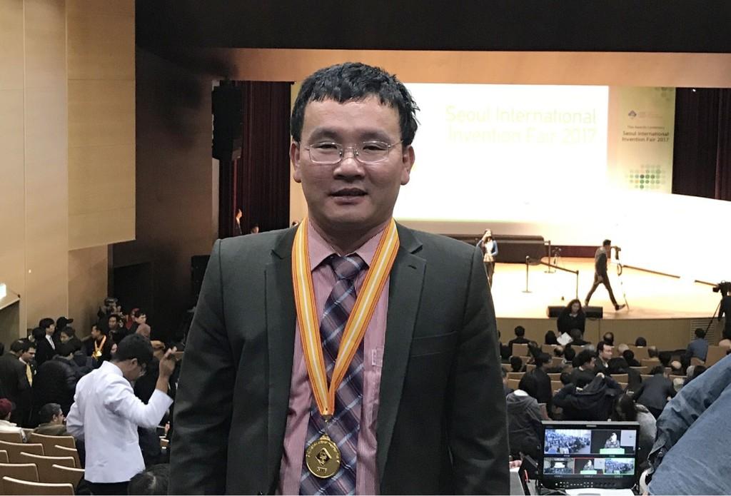 Kỹ sư Đào Xuân Giỏi, đại diện Công ty Lọc - Hóa dầu Bình Sơn nhận giải thưởng tại Hội chợ Triển lãm quốc tế Seoul 2017