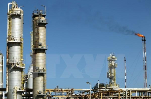 Một nhà máy lọc dầu ở al-Buraqah, phía bắc Libya. (Nguồn: AFP/TTXVN)