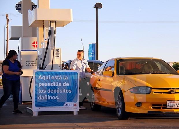 Đổ xăng cho các phương tiện tại Heber, Imperial County thuộc Mỹ. (Ảnh: THX/TTXVN)