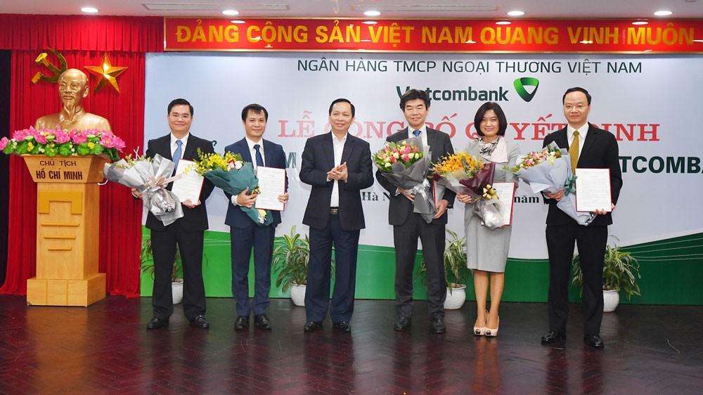 Phó Thống đốc Ngân hàng Nhà nước Đào Minh Tú tặng hoa chúc mừng các nhân sự cấp cao của Vietcombank mới được bổ nhiệm