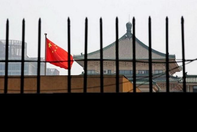 Quốc kỳ của Trung Quốc rực rỡ sau hàng rào của trụ sở của Ủy ban Cải cách và Phát triển quốc gia (NDRC) ở Bắc Kinh. (Nguồn: Reuters)