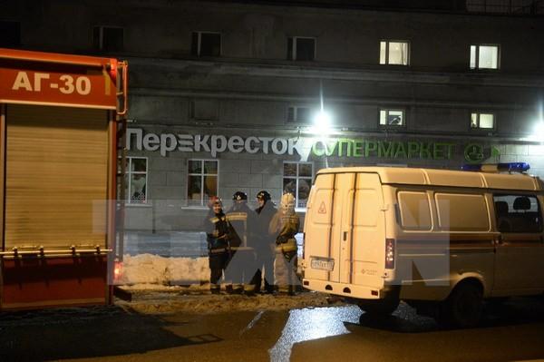 Nhân viên cứu hỏa làm nhiệm vụ tại hiện trường vụ nổ ở St. Petersburg, Nga ngày 27/12. (Nguồn: AFP/TTXVN)