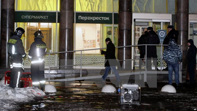Cảnh sát và lực lượng cứu hộ làm nhiệm vụ tại hiện trường vụ nổ ở St.Petersburg. (Nguồn: AP/TTXVN)