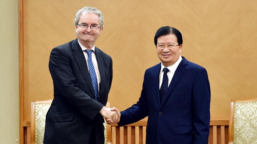 Phó Thủ tướng Chính phủ Trịnh Đình Dũng làm việc với ông Jonathan Taylor, Phó Chủ tịch Ngân hàng Đầu tư châu Âu. Ảnh: Nhật Bắc