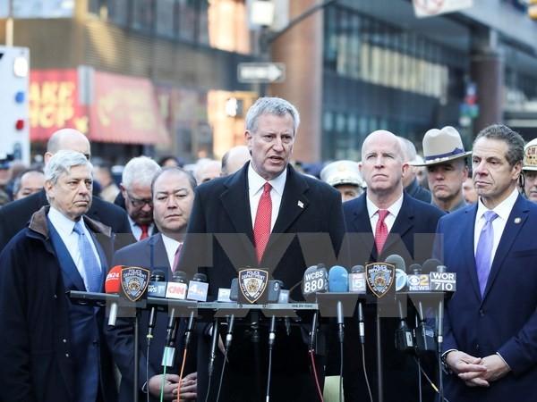 Thị trưởng New York Bill de Blasio (giữa) trong cuộc họp báo ngày 11/12/2017. (Nguồn: THX/TTXVN)
