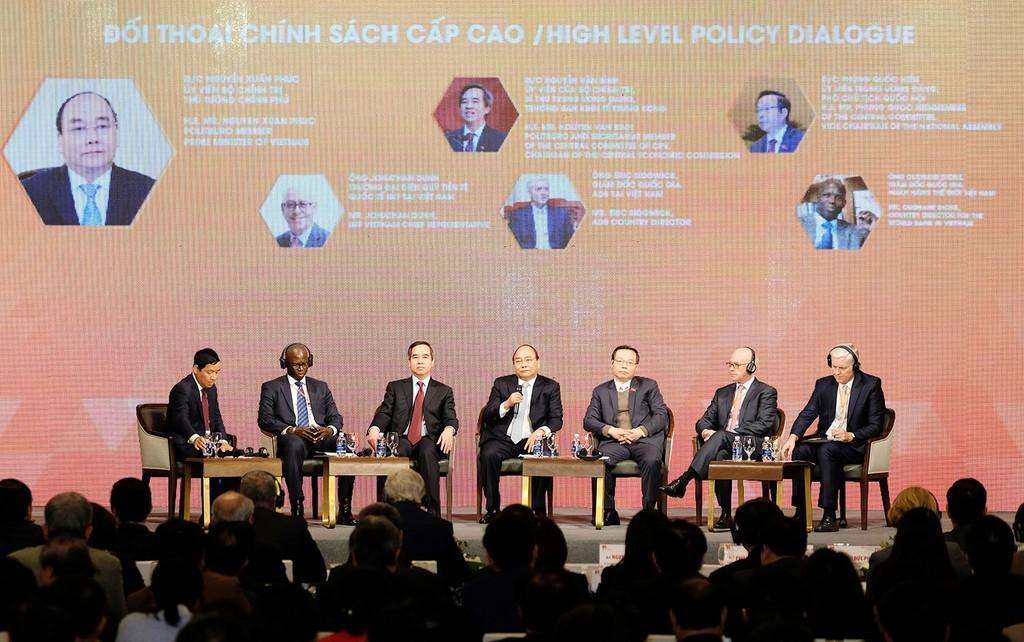 Thủ tướng đối thoại chính sách với các đại biểu tại Diễn đàn Kinh tế Việt Nam 2018. Ảnh: Quang Hiếu