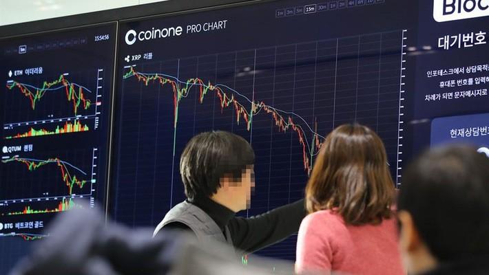 Bảng điện tử của một sàn giao dịch tại Yeouido, Hàn Quốc cho thấy các đồng tiền ảo đồng loạt giảm giá sau tuyên bố của Bộ trưởng Tư pháp Hàn Quốc ngày 11/1 - Ảnh: Korea Times.