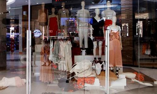 Một số cửa hàng H&M ở Nam Phi đang ở trong tình trạng lộn xộn. Ảnh: CNN.