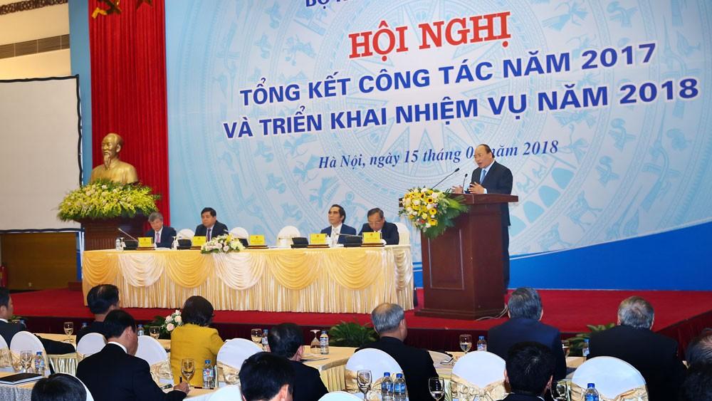 Thủ tướng khẳng định, những nỗ lực của Bộ KH&ĐT đã góp phần rất lớn vào cải thiện môi trường đầu tư, kinh doanh, nâng cao năng lực cạnh tranh, thu hút đầu tư. Ảnh: Lê Tiên