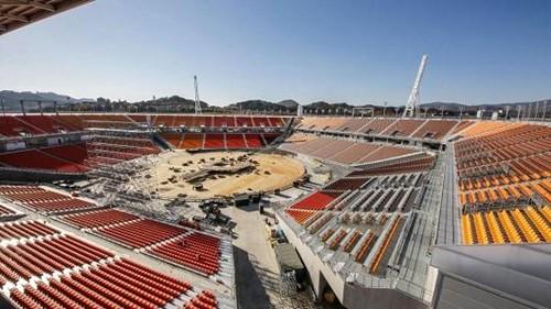 Công nhân đang hoàn thiện một sân vận động phục vụ Olympic ởPyeongchang. Ảnh:AFP