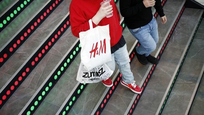 Thương hiệu thời trang Thuỵ Điển H&M đang thất thế trước các đối thủ nhanh nhạy hơn với xu hướng trực tuyến - Ảnh: Bloomberg.