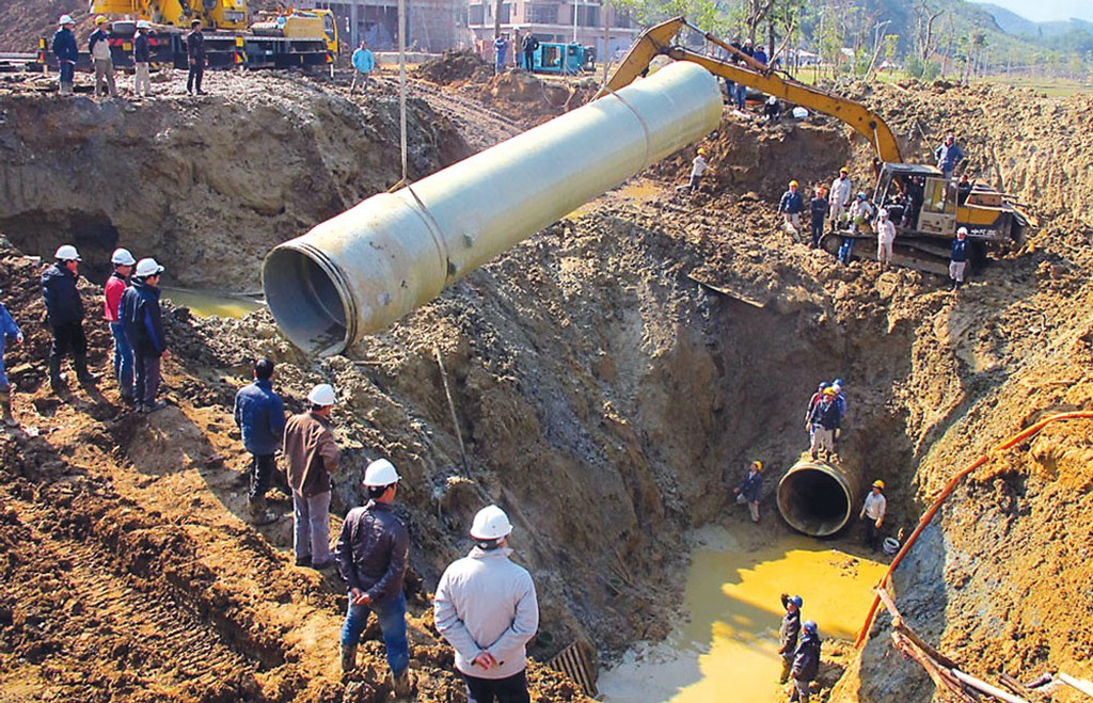 Việc vỡ ống nước sông Đà dẫn tới 177.000 hộ dân bị mất nước sinh hoạt trong 386 giờ. Ảnh: Ngọc Thắng