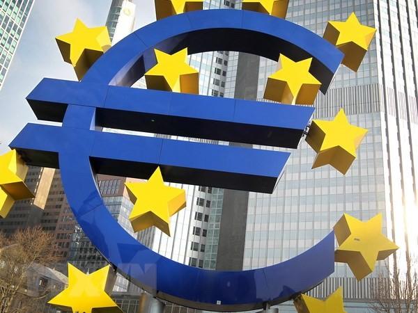 Biểu tượng đồng euro trước trụ sở cũ của ECB ở Frankfurt, Đức. (Nguồn: AFP/TTXVN)