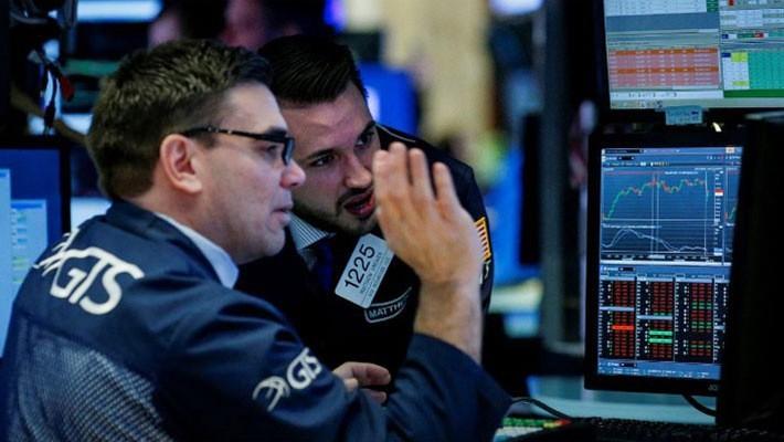 Các nhà giao dịch làm việc tại thị trường chứng khoán Phố Wall - Ảnh: Reuters.