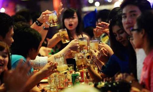 Sản lượng bia tiêu thụ của người Việt đạt hơn 4 tỷ lít năm 2017.Ảnh minh hoạ