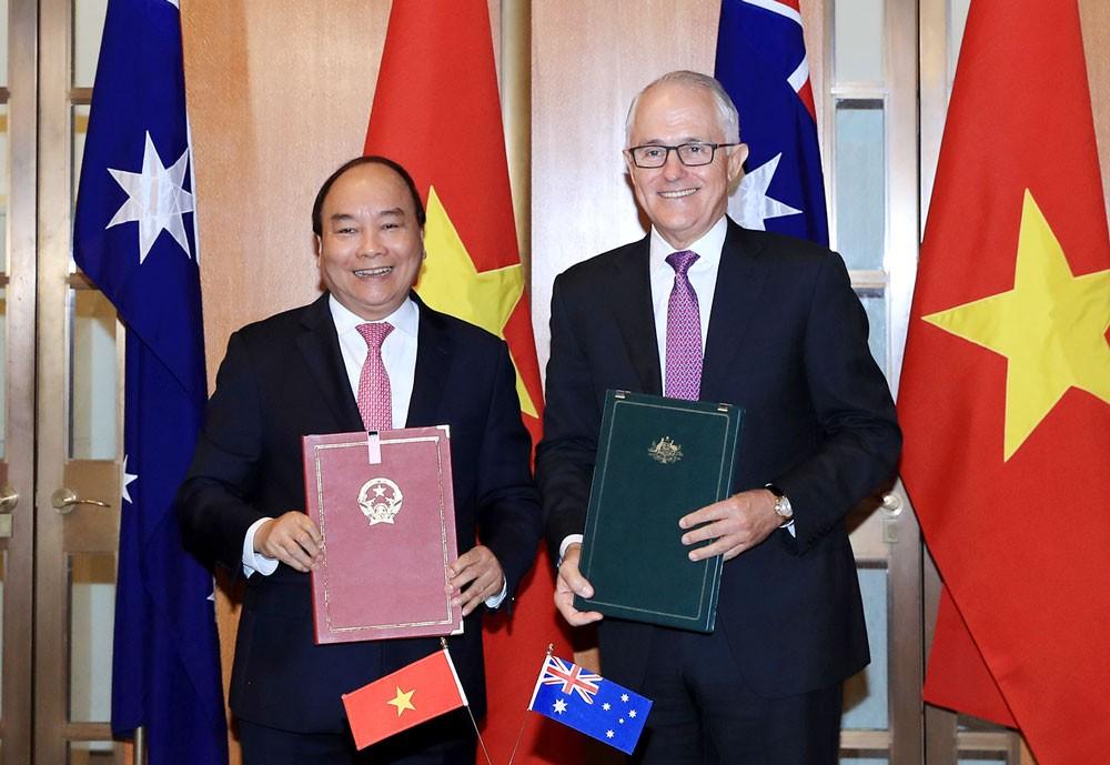 Thủ tướng Nguyễn Xuân Phúc và Thủ tướng Malcolm Turnbull ký tuyên bố chung về thiết lập quan hệ Đối tác Chiến lược giữa hai nước. Ảnh: Quang Hiếu