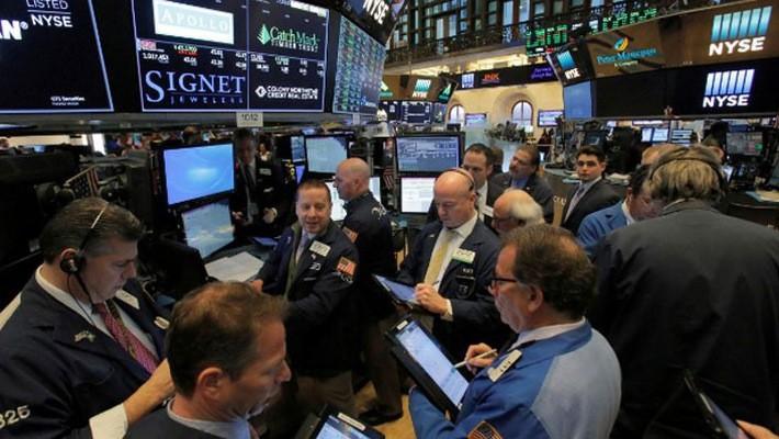 Các nhà giao dịch cổ phiếu trên sàn NYSE ở New York, Mỹ, ngày 14/3 - Ảnh: Reuters.