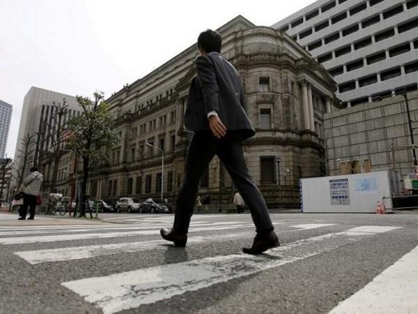 Một doanh nhân đi ngang qua trụ sở Ngân hàng Nhật Bản. (Nguồn: Reuters)