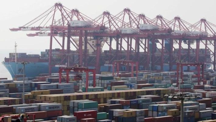 Những container hàng hóa tại một cảng biển ở Thượng Hải - Ảnh: Reuters.