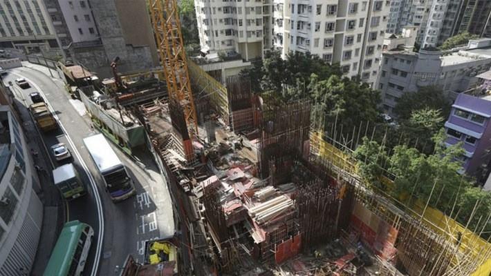 Một dự án nhà đang xây dựng ở Hồng Kông ngày 20/3 - Ảnh: SCMP.