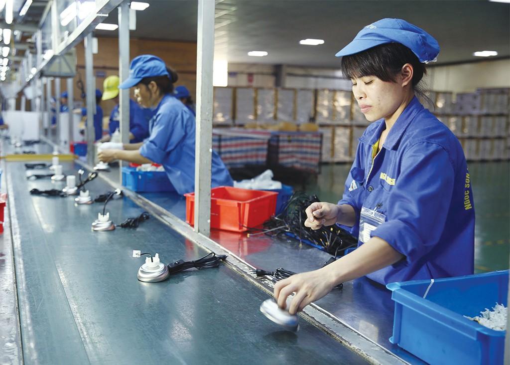 Khi nền kinh tế có tính cạnh tranh, các DN trở nên hiệu quả hơn, đem lại nhiều hơn phúc lợi cho người tiêu dùng và xã hội. Ảnh: Nhã Chi