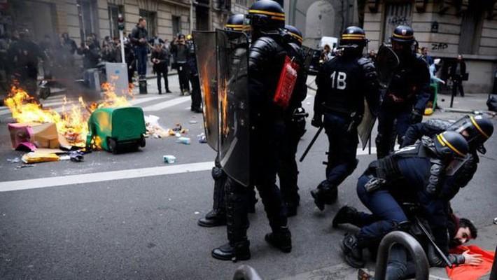 Cảnh sát chống bạo động Pháp đụng độ với người biểu tình phản đối cải tổ lao động ngành đường sắt trên đường phố Paris hôm 3/4 - Ảnh: EPA/BBC.