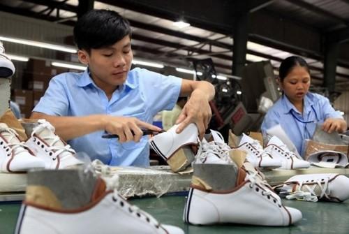 Một nhà máy sản xuất giày dép Việt Nam.Ảnh: TTXVN.