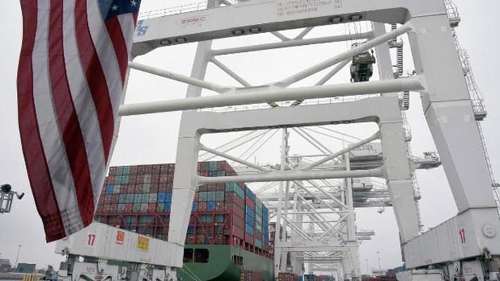 Một tàu chở hàng từ Trung Quốc cập cảng Long Beach, California, Mỹ - Ảnh: Reuters.