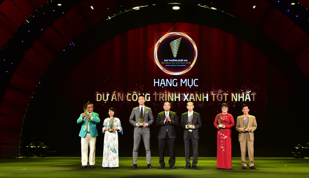 Bà Lưu Thị Thanh Mẫu (thứ 2 từ phải qua),  Tổng Giám đốc Phuc Khang Corporation nhận Danh hiệu Dự án Công trình xanh tốt nhất dành cho dự án Diamond Lotus Riverside.