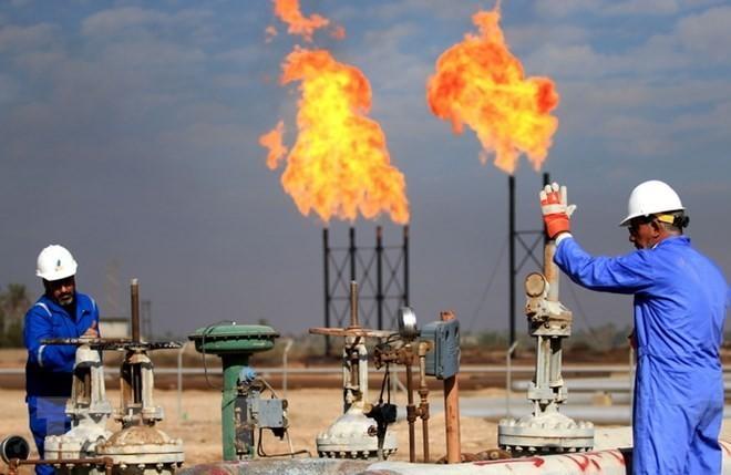 Công nhân làm việc tại cơ sở lọc dầu ở Basra, Iraq ngày 14/12/2017. (Nguồn: AFP/TTXVN)