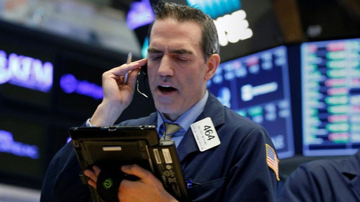 Một nhà giao dịch cổ phiếu trên sàn NYSE ở New York ngày 17/4 - Ảnh: Reuters.
