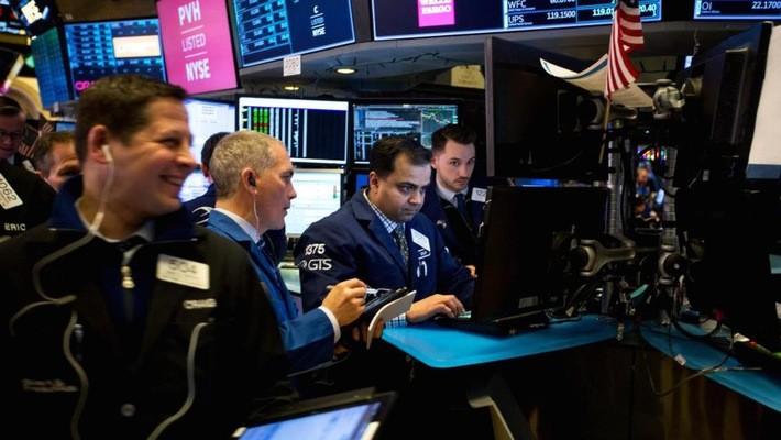 Các nhà giao dịch cổ phiếu trên sàn NYSE ở New York, Mỹ - Ảnh: Bloomberg/CNBC.