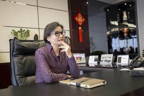 Nữ tỷ phú Zhou Qunfei tại văn phòng làm việc củaLens Technology.