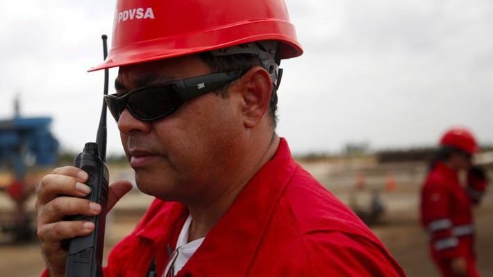 Công nhân làm việc tại một mỏ dầu ở Venezuela. Sản lượng dầu của nước này đang giảm mạnh do khủng hoảng kinh tế - Ảnh: Reuters.