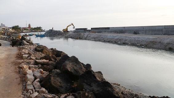Công trình đê chắn sóng của Dự án Khu neo đậu tránh trú bão cho tàu cá đảo Phú Quý. Ảnh: Đức Thâu