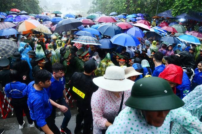Dòng người đội mưa ba tiếng để lên dâng hương vua Hùng - ảnh 6