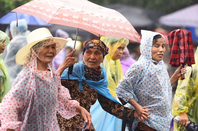 Dòng người đội mưa ba tiếng để lên dâng hương vua Hùng - ảnh 7