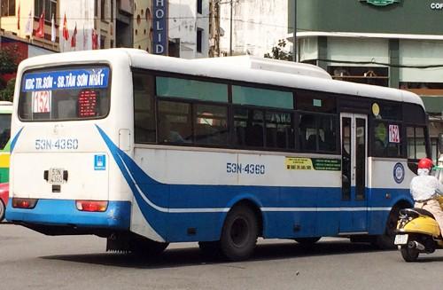 Tuyến xe buýt 152 đi qua sân bay Tân Sơn Nhất sẽ phục vụ miễn phí dịp lễ 30/4. Ảnh:Hữu Công.