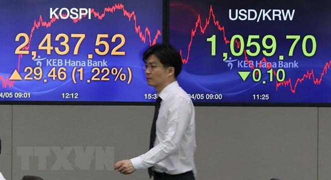 Bảng tỷ giá chứng khoán tại ngân hàng Hana ở thủ đô Seoul, Hàn Quốc ngày 4/4. (Nguồn: Yonhap/TTXVN)