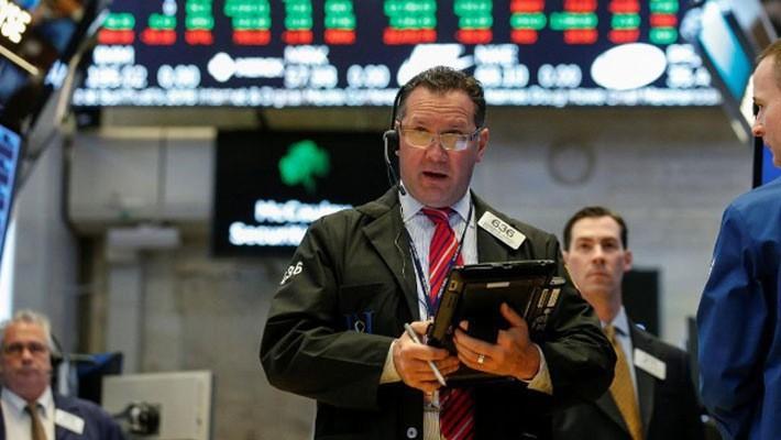 Các nhà giao dịch cổ phiếu trên sàn NYSE ở New York, Mỹ, ngày 2/5 - Ảnh: Reuters.